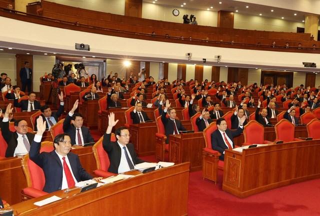 Các đồng chí lãnh đạo Đảng, Nhà nước và các đại biểu biểu quyết thông qua Nghị quyết Hội nghị Trung ương lần thứ 13.