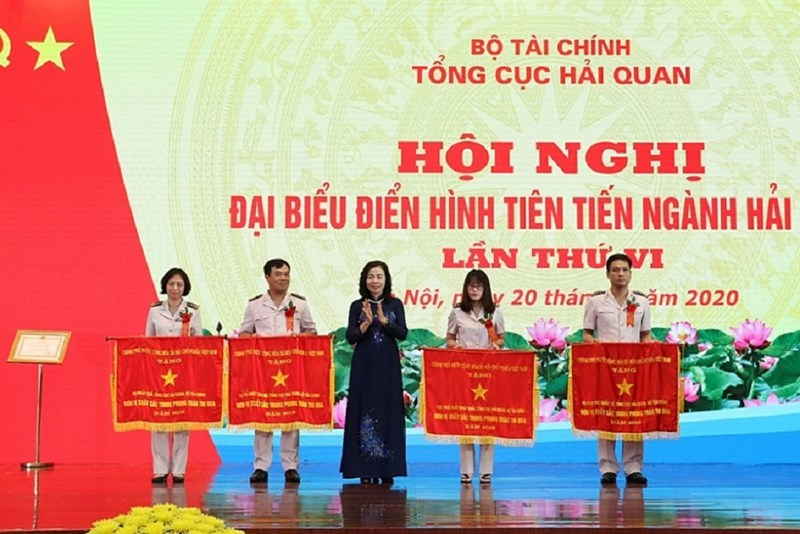 Thứ trưởng Bộ Tài chính Vũ Thị Mai thừa ủy quyền Thủ tướng Chính phủ trao Cờ thi đua của Chính phủ cho các đơn vị ngành Hải quan tại Hội nghị đại biểu điển hình tiên tiến ngành Hải quan.