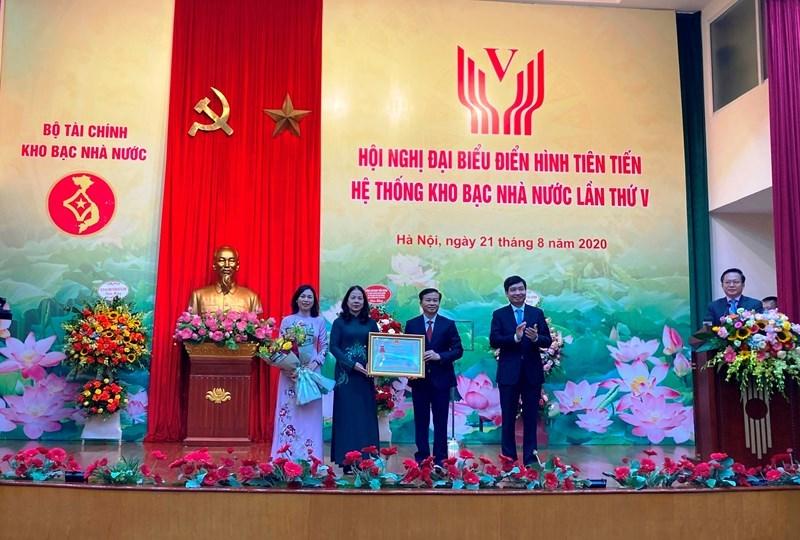 Thừa ủy quyền của Chủ tịch nước, Thứ trưởng Bộ Tài chính Tạ Anh Tuấn trao Huân chương Lao động hạng Nhất cho tập thể Ban lãnh đạo KBNN tại Hội nghị đại biểu điển hình tiên tiến hệ thống KBNN.