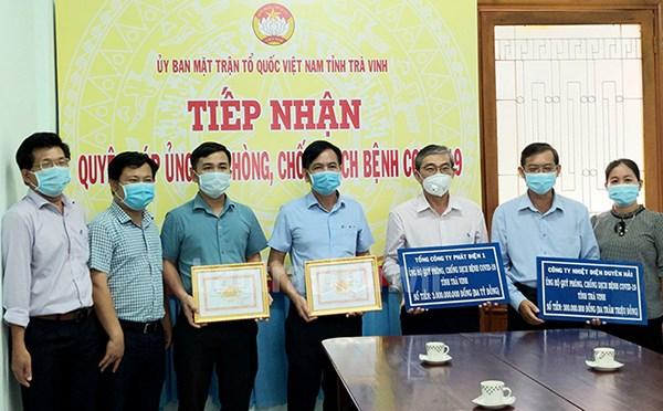 Đ/c Nguyễn Văn Thú (đứng giữa) đại diện Tổng Công ty Phát điện 1 và Công ty Nhiệt điện Duyên Hải ủng hộ Quỹ vắc-xin phòng chống Covid-19 tỉnh Trà Vinh ngày 12/8/2021.