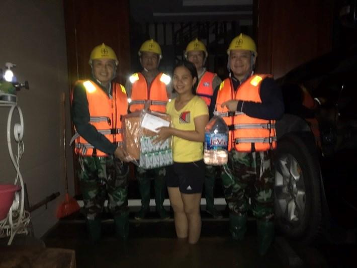 Công ty Điện lực Hà Tĩnh hỗ trợ cho người dân bị ngập lũ.