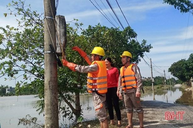 Công nhân ngành Điện hỡ trợ khách hàng kiểm tra đường dây điện sau công tơ.