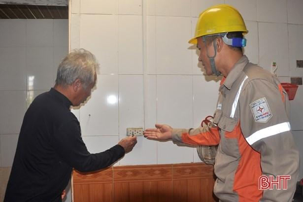 Công nhân ngành Điện Hà Tĩnh hỗ trợ gia đình ông Trương Văn Cung (xã Tân Lâm Hương) kiểm tra hệ thống điện trong nhà sau 4 ngày ngâm nước