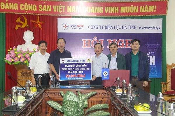 Ông Đỗ Đức Hùng – Chủ tịch Công đoàn Điện lực Việt Nam trao tặng quà cho đoàn viên Công đoàn Công ty Điện lực Hà Tĩnh