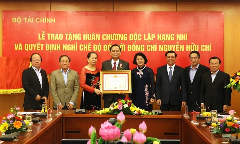 Phó Chủ tịch nước Đặng Thị Ngọc Thịnh trao phần thưởng cao quý của Đảng, Nhà nước cho Thứ trưởng Nguyễn Hữu Chí.