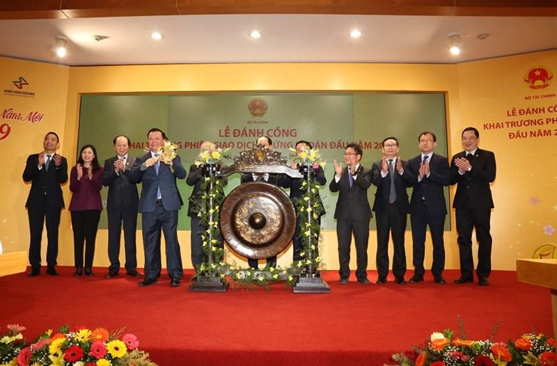 Đúng 9h00, Bộ trưởng Đinh Tiến Dũng thực hiện nghi thức đánh cồng khai trương phiên giao dịch chứng khoán đầu năm 2019, khởi đầu cho một năm mới tiếp nối thành công của TTCK Việt Nam.