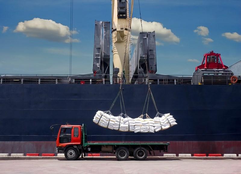 Thuế nhập khẩu đối với đường thô và đường trắng nếu được điều chỉnh lên với tỷ lệ phù hợp sẽ bảo vệ ngành sản xuất nội địa, hài hoà lợi ích nhiều bên.