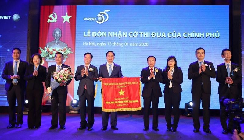 Tập đoàn Bảo Việt đón nhận cờ thi đua của Chính phủ.