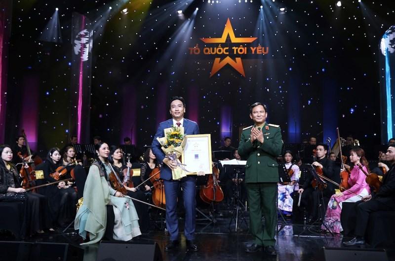 Ông Nguyễn Thanh Bình – Phó Tổng Giám đốc PV GAS nhận Thư cảm ơn từ Trung tâm Phát thanh - Truyền hình Quân đội.
