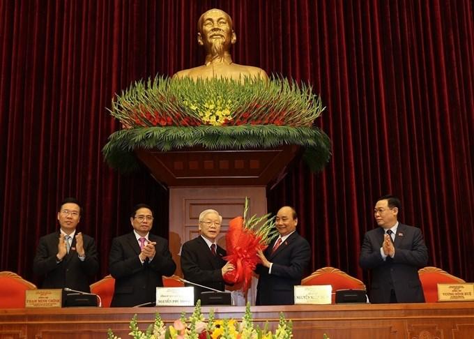 Thay mặt Bộ Chính trị khóa XIII, Thủ tướng Chính phủ Nguyễn Xuân Phúc tặng hoa chúc mừng đồng chí Nguyễn Phú Trọng được tín nhiệm bầu làm Tổng Bí thưBan Chấp hành Trung ương khóa XIII.