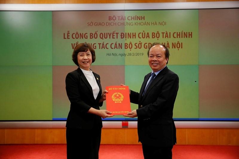 Thứ trưởng Bộ Tài chính Huỳnh Quang Hải trao Quyết định số 2279/QĐ-BTC ngày 5/12/2018 của Bộ trưởng Bộ Tài chính về việc nghỉ hưu theo chế độ cho bà Nguyễn Thị Hoàng Lan.