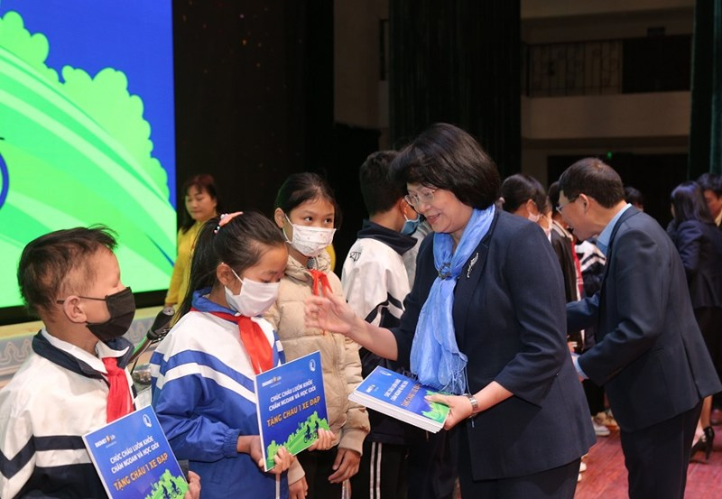 Phó Chủ tịch nước Đặng Thị Ngọc Thịnh trao quà tặng cho các em học sinh hiếu học có hoàn cảnh khó khăn.