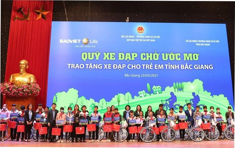 Chương trình Quỹ xe đạp chở ước mơ của Bảo Việt Nhân thọ có sự tham dự của Phó Chủ tịch nước Đặng Thị Ngọc Thịnh.