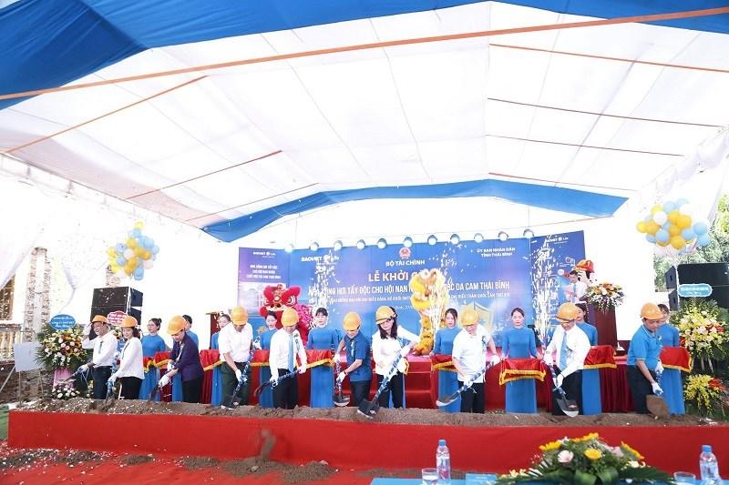 Bảo Việt Nhân thọ tổ chức lễ khởi công xây dựng nhà xông hơi tẩy độc cho nạn nhân chất độc da cam tại Thái Bình