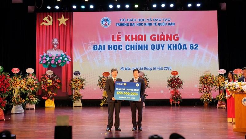"""Ðây là năm thứ 6, chương trình học bổng mang tên """"Bảo Việt - Niềm tin thắp sáng tương lai"""" được Bảo Việt trao tặng cho sinh viên trường Ðại học Kinh tế Quốc dân."""