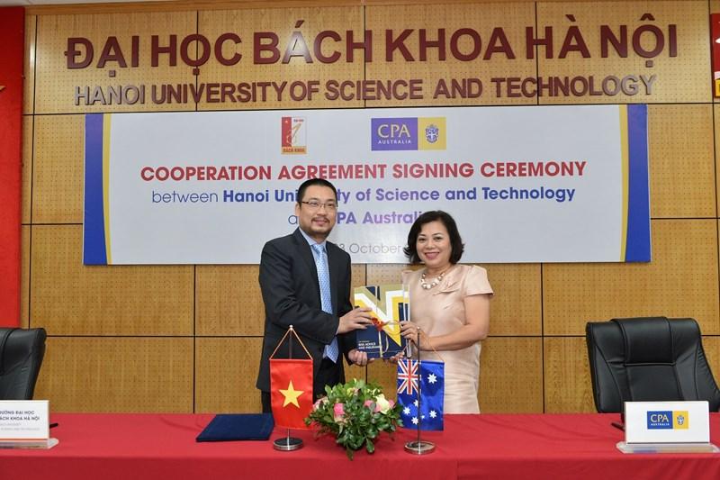 Bà Trần Thiên Hương - Trưởng đại diện CPA Australia trao tặng bộ sách cho Viện Kinh tế và Kinh doanh.