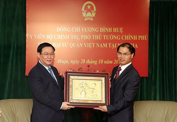Phó Thủ tướng Chính phủ Vương Đình Huệ tặng quà lưu niệm cho Đại sứ quán Việt Nam tại Nigeria. Ảnh: VGP