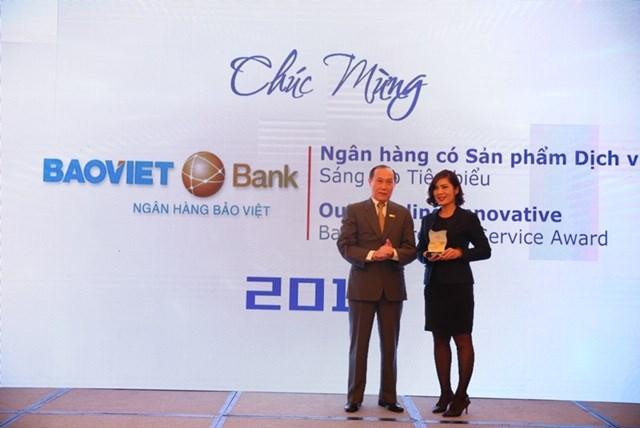 """Đại diện BAOVIET Bank nhậngiải thưởng """"Ngân hàng có sản phẩm dịch vụ sang tại tiêu biểu"""", do IDG và Hiệp Hội Ngân hàng Việt Nam trao tặng."""