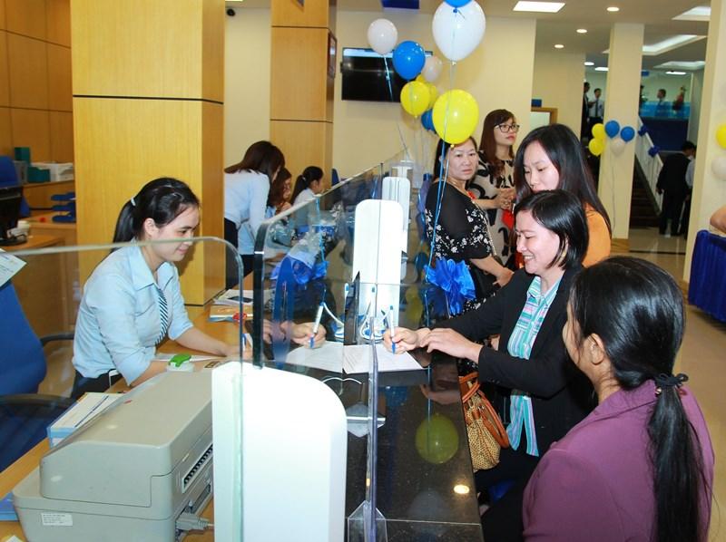 Khách hàng giao dịch tại BAOVIET Bank Gia Lai.