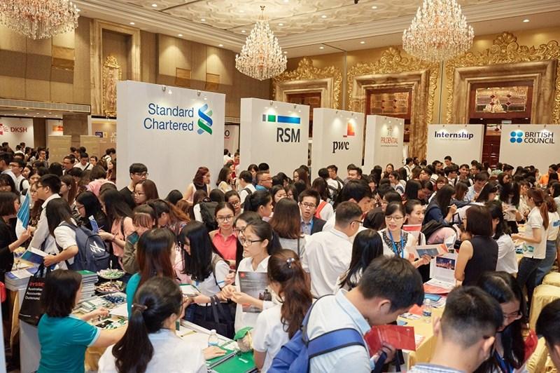 Khu vực Quầy Tư vấn Nghề nghiệp của các Cty Đa Quốc gia đối tác của CPA Australia luôn thu hút đông đảo lượng sinh viên năm cuối thuộc chuyên ngành Kế toán –Tài chính trong suốt thời gian sự kiện CPA Australia Careers 2017 tại Tp.HCM.