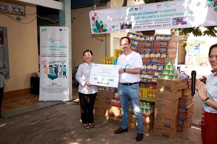 Ông Corrado Mautone – Trưởng đại diện JTI Việt Nam trao quà cho mái ấm Thiên Ân.