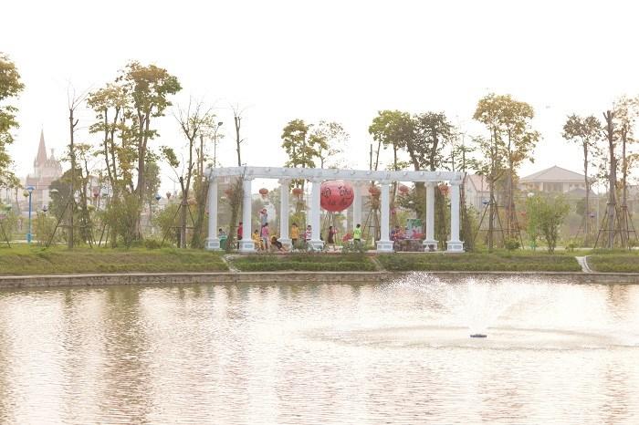 Trái ngược với sự sầm uất bên trong, bên ngoài TTTM Xuân An Plaza là bầu không khí trong lành hòa quyện giữa nước, cây cối và ánh nắng tự nhiên