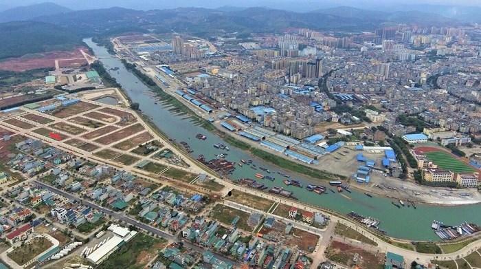 """Khu vực bờ sông Kalong – """"trái tim"""" của trục hành lang kinh tế cửa khẩu."""