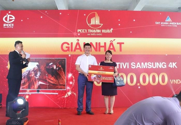 Chị Phương Nhiên – Khách hàng may mắn trúng giải nhất Smart Tivi Samsung 65 inch