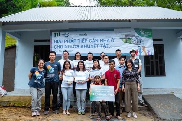 Công ty JTI, Habitat Việt Nam và chính quyền địa phương bàn giao căn nhà mới xây cho gia đình bà Bùi Thị Rử (ở Hòa Bình).