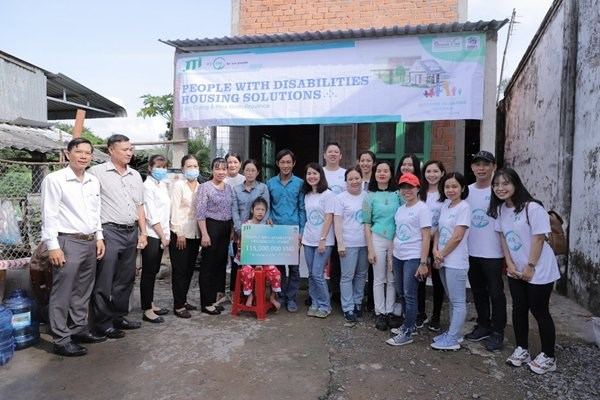 Công ty JTI, Habitat Việt Nam và chính quyền địa phương bàn giao căn nhà mới xây cho gia đình bà Trần Thị Mai (ở Tiền Giang).