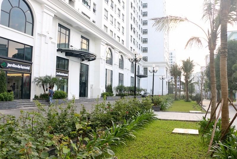 Bên cạnh đó, dự án có hệ thống sân vườn có khoảng không gian xanh trong lành mát mẻ có đài phun nước, lát đá...