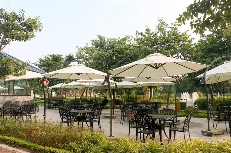 Phía trước mặt dự án là không gian cafe thư giãn giữa công viên cây xanh, điểm xuyết bởi những cây cầu trắng tinh khôi mang lại vẻ đẹp nhẹ nhàng, nên thơ cho dự án.