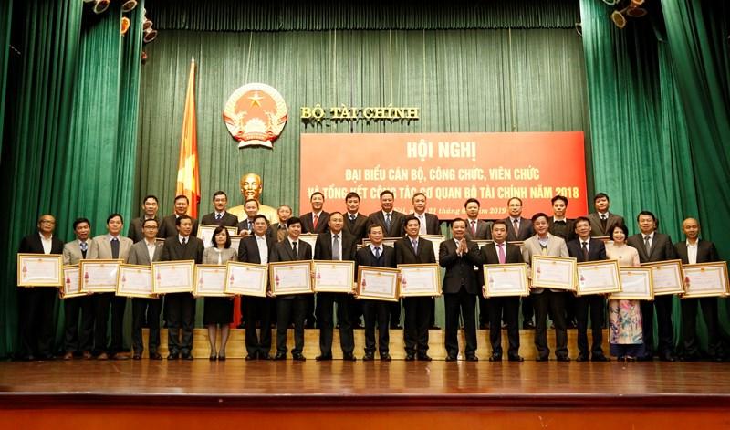 Bộ trưởng Đinh Tiến Dũng trao tặng Huân chương Lao động các hạng cho các tập thể, cá nhân có thành tích xuất sắc.
