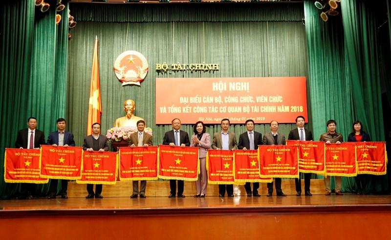 Thứ trưởng Vũ Thị Mai trao tặng Cờ thi đua của Chính phủ và Bộ Tài chính cho các tập thể, cá nhân có thành tích xuất sắc.
