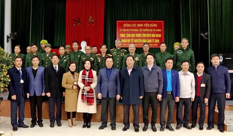 Bộ trưởng Bộ Tài chính và đoàn công tác tặng quà thương, bệnh binh tại Trung tâm Điều dưỡng thương binh Nho Quan.