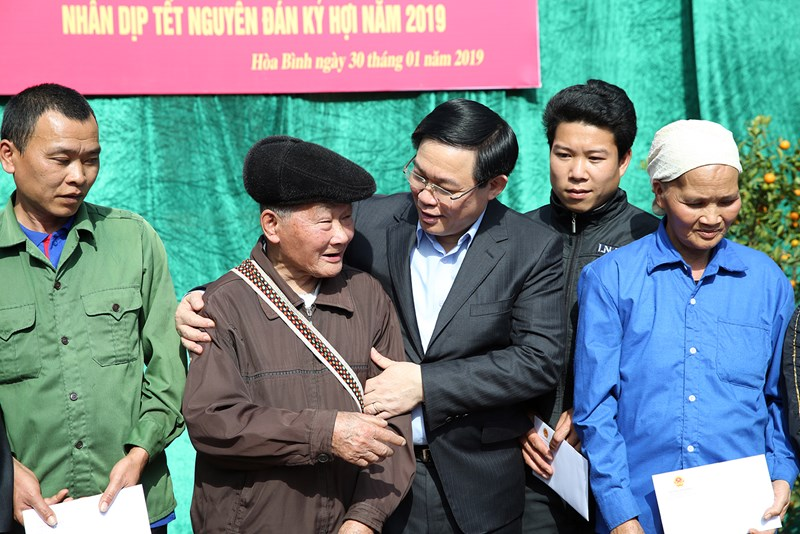 Phó Thủ tướng Vương Đình Huệ tặng quà, hỏi thăm cụ Bùi Văn Giáp 95 tuổi ở xóm Tiện, xã Thung Nai, huyện Cao Phong. Ảnh: VGP