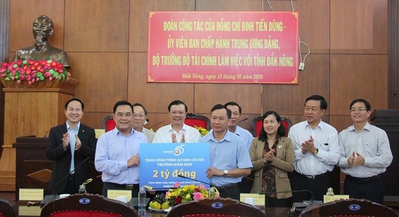 Bộ Tài chính trao phần quà trị giá 2 tỷ đồng cho tỉnh Đắk Nông để xây dựng các công trình an sinh xã hội trên địa bàn.