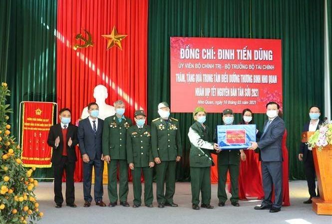 Ủy viên Bộ Chính trị, Bộ trưởng Bộ Tài chính Đinh Tiến Dũng tặng quà Tết tại Trung tâm điều dưỡng thương binh Nho Quan. Nguồn: internet