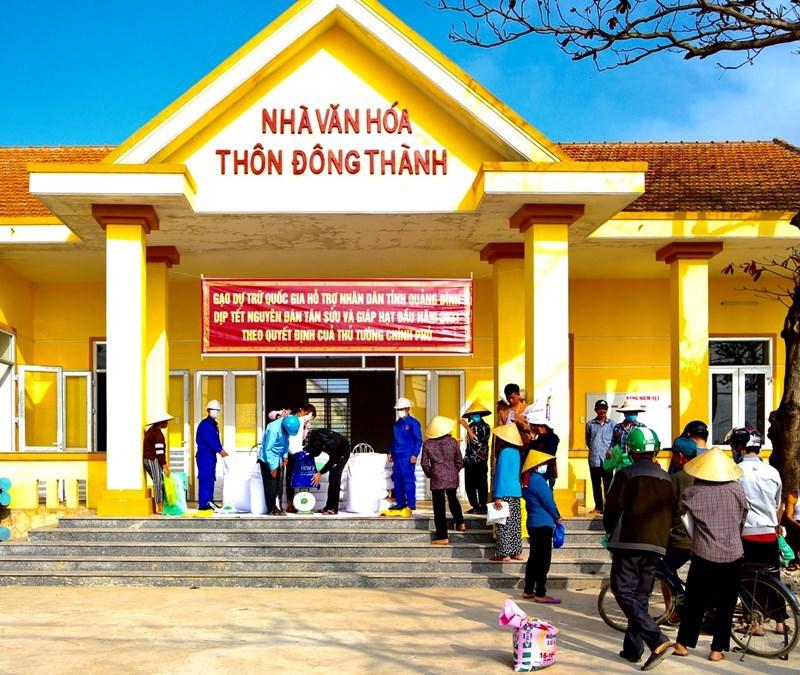 Xuất gạo DTQG cho nhân dân dịp Tết Nguyên đán 2021 tại thôn Đông Thành, xã Liên Thủy, huyện Lệ Thủy, tỉnh Quảng Bình.