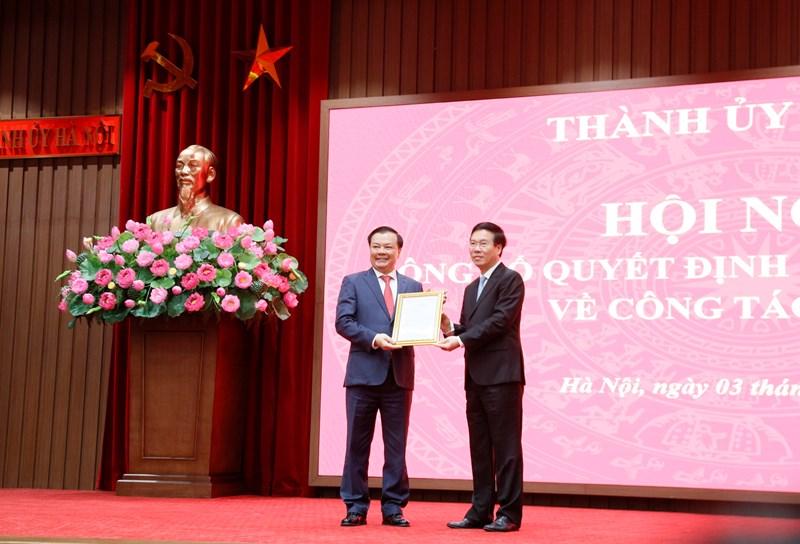 Thường trực Ban Bí thư Võ Văn Thưởng trao quyết định của Bộ Chính trị cho tân Bí thư Thành ủy Hà Nội Đinh Tiến Dũng.