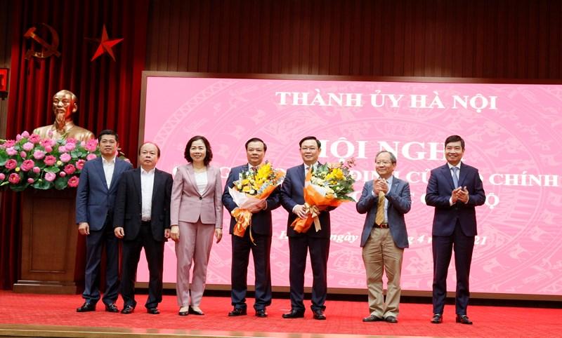 Tập thể Lãnh đạo Bộ Tài chính tặng hoa chúc mừng đồng chí Vương Đình Huệ và đồng chí Đinh Tiến Dũng.