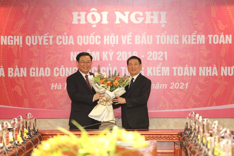 Chủ tịch Quốc hội tặng hoa chúc mừng nguyên Tổng Kiểm toán Nhà nước, Bộ trưởng Bộ Tài chính Hồ Đức Phớc. Ảnh: www.sav.gov.vn