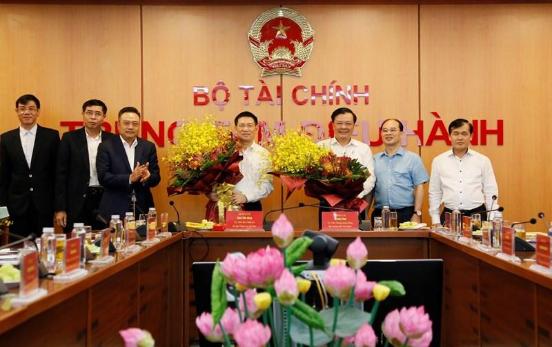 Tập thể Lãnh đạo Kiểm toán Nhà nước tặng hoa Bộ trưởng Bộ Tài chính Hồ Đức Phớc và Bí thư Thành ủy Hà Nội Đinh Tiến Dũng.