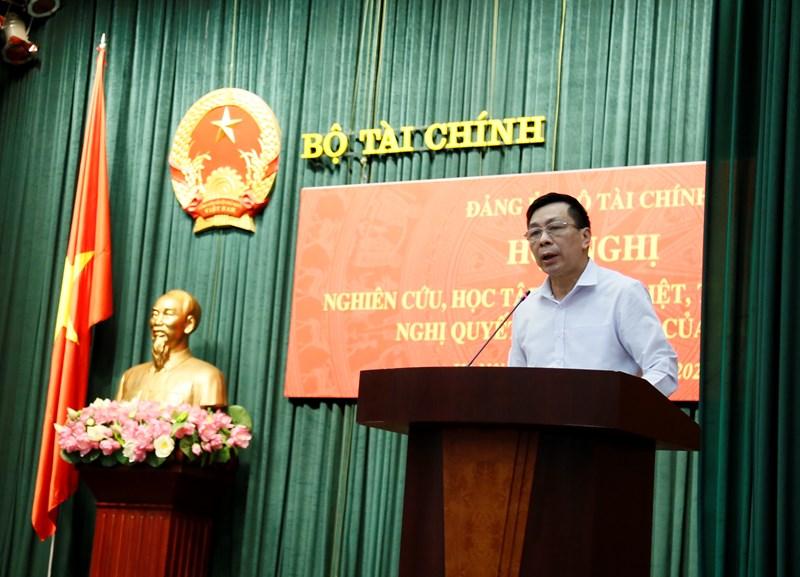 Đồng chí Nguyễn Hữu Thân, Phó Bí thư thường trực Đảng uỷ Bộ Tài chính phát biểu tại hội nghị.