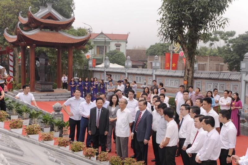 Các đại biểu tham quan tổng thể kiến trúc Nhà tưởng niệm. Nguồn: MOF