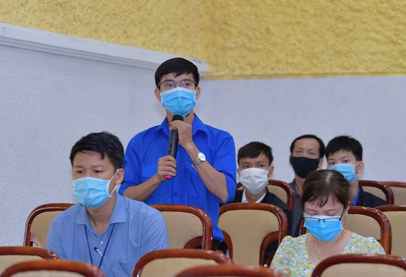 Cử tri Trường Đại học Quy Nhơn đặt câu hỏi với Bộ trưởng Tài chính Hồ Đức Phớc và các ứng cử viên Đại biểu Quốc hội tại cuộc tiếp xúc.