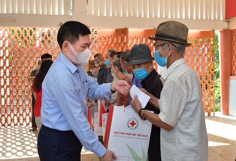 Bộ trưởng Hồ Đức Phớc tặng quà cho các bệnh nhân có hoàn cảnh khó khăn tại Bệnh viện Phong - Da liễu Trung ương Quy Hòa. Ảnh: MT.