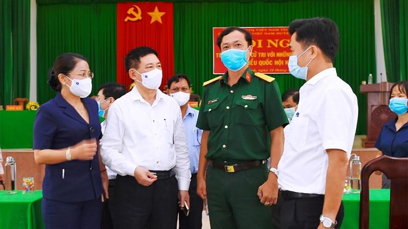 Bộ trưởng Hồ Đức Phớc (thứ hai từ trái sang) trao đổi cùng các cử tritại huyện Vĩnh Thạnh, tỉnh Bình Định sáng ngày 12/5/2021. Ảnh: Minh Tuấn