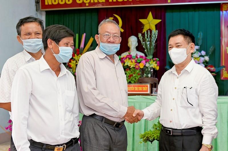 Cử tri trao đổi bên lề Hội nghị với Bộ trưởng Hồ Đức Phớc (ngoài cùng bên phải) tại xã Bình Hòa, huyện Tây Sơn, tỉnh Bình Định, chiều ngày 12/5/2021.Ảnh: Minh Tuấn