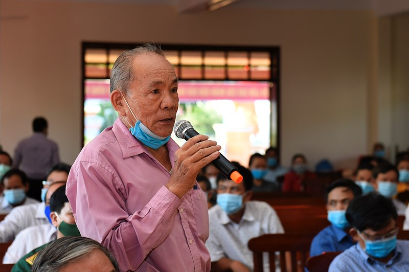 Cử tri tại xã Phước An, huyện Tuy Phước, tỉnh Bình Định kiến nghị đến các ứng viên tại hội nghị tiếp xúc chiều ngày 11/5/2021. Ảnh: Minh Tuấn